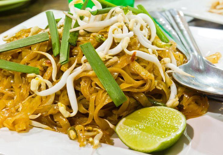 Thajská kuchyně je velmi rozmanitá. Výborně kombinuje chutě a vůně, díky čemuž se řadí mezi nejoblíbenější kuchyně na světě. My si dnes připravíme velmi oblíbené thajské nudle s...