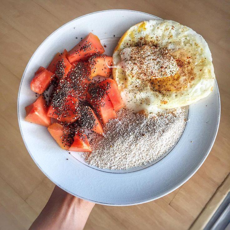 Bom diaa!!! ☀️ - Café da Manhã:  Mamão papaya com chia, 1 ovo e 2 claras com creme de ricota e farelo de aveia + Café Preto ☕️ #healthytododia