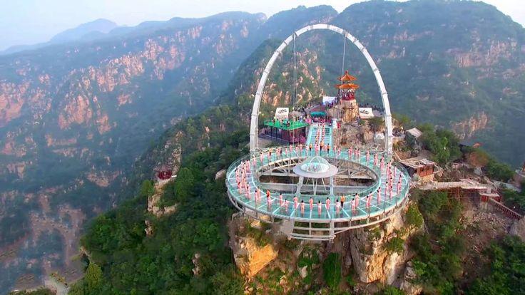 Niet iedereen durft er op. De glazen brug in het Jingdong Stenen Woud is met 396 meter hoogte al een uitdaging op zich. Mede daarom is dit extra mooi. Ruim 200 mensen doen aan yoga op het uitkijkpunt. En dat levert prachtige beelden op.