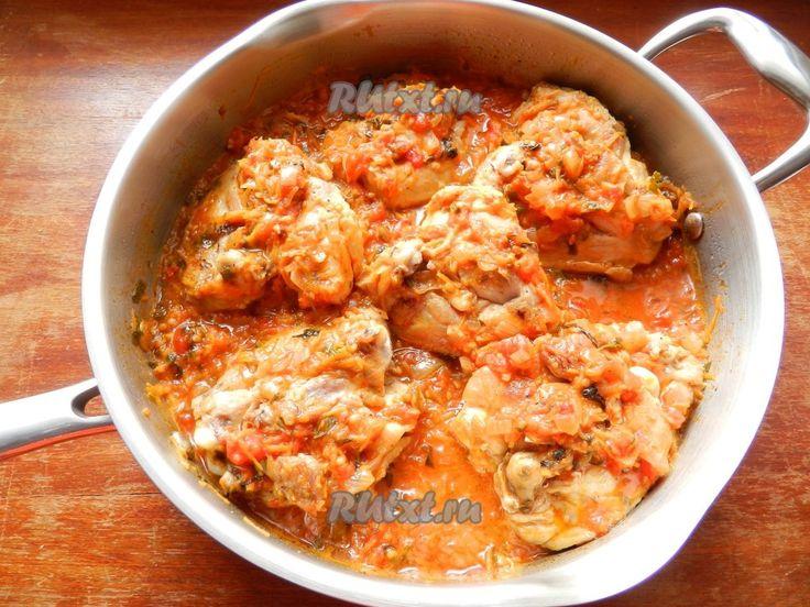 Распределить соус, чтобы он немного прикрывал кусочки курицы сверху. Если соус слишком густой, можно добавить немного воды или бульона. Довести до кипения, накрыть крышкой и тушить на медленном огне до готовности куриного мяса примерно 40-45 минут.