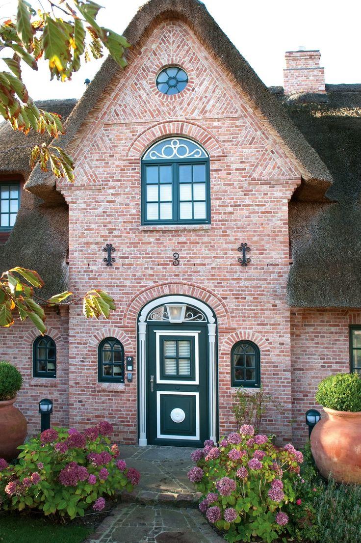 Passend zum Stil wird dieses Landhaus mit einer sc…