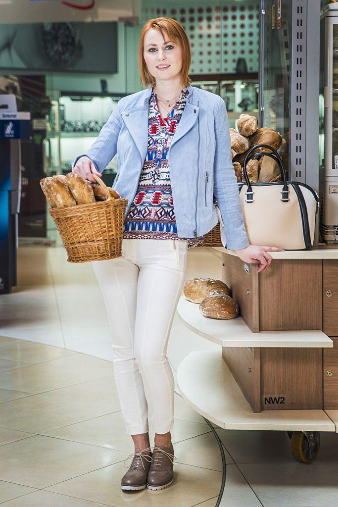 pani Tajana - Outfit č. 1 - Orsay: Biele pohodlené nohavice v kombinácii s poltopánkami na šnúrke, vzorovaný top a kožená biker bundička.