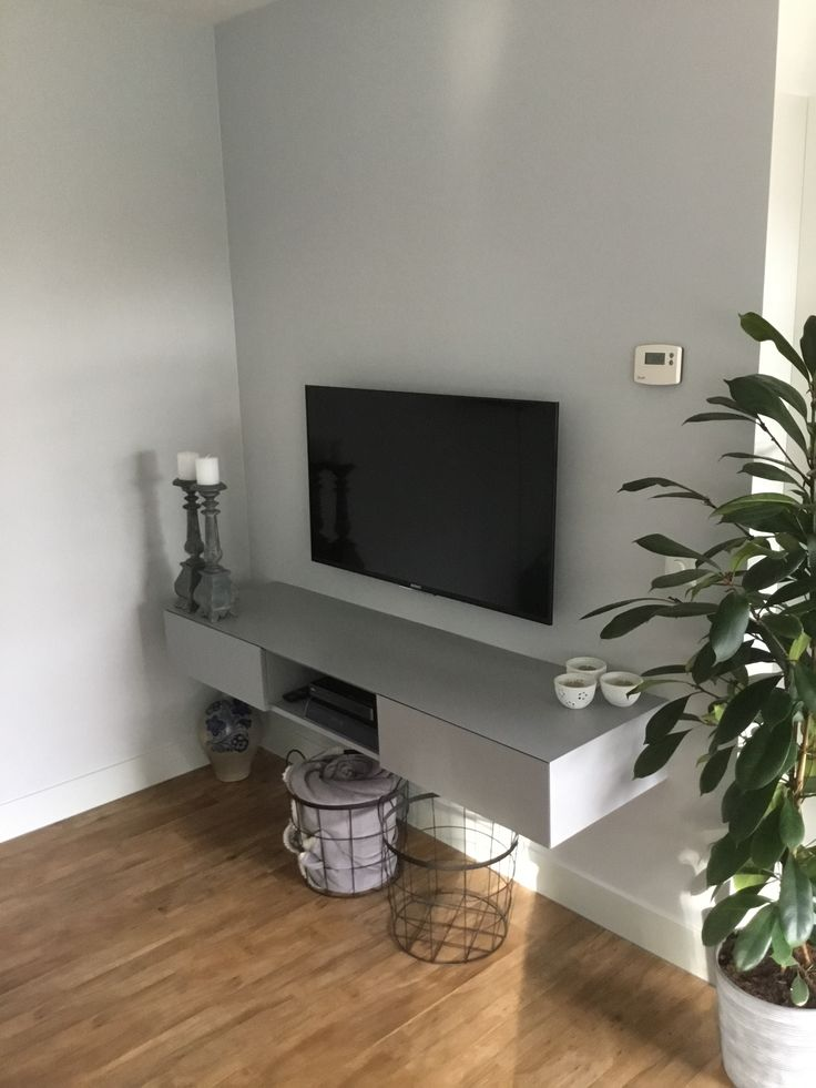 Voor de woonkamer hebben we een zwevend tv-meubel mogen maken. De kastjes zijn eenvoudig te openen.Prachtig voor een strak interieur!