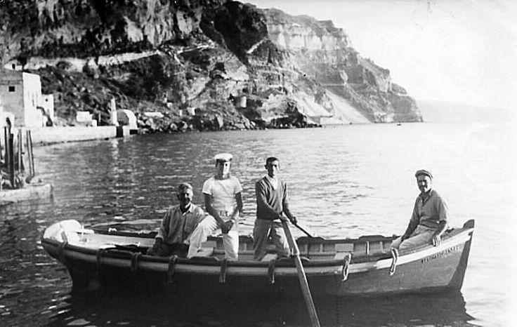 ROBERT MCCABE Σαντορίνη 1955. Τα πλοία παραμένουν σε μικρή απόσταση από το λιμάνι ή το αγκυροβόλιο (αρόδο) και οι βάρκες αναλαμβάνουν τις μεταφορές επιβατών προς και από το ποστάλι.