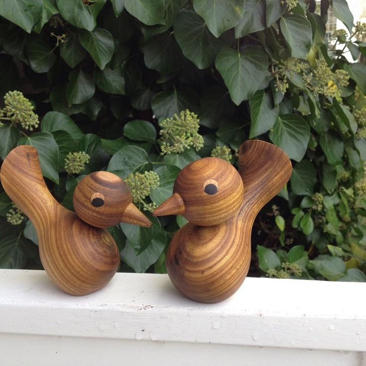 Fuglepar i guldregn.  #trædrejning #træfigur #træfugl #træfugle