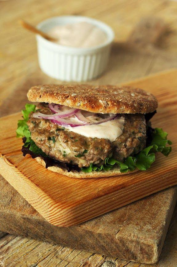 Cinco Quartos de Laranja - Hambúrguer com queijo e molho picante de iogurte grego