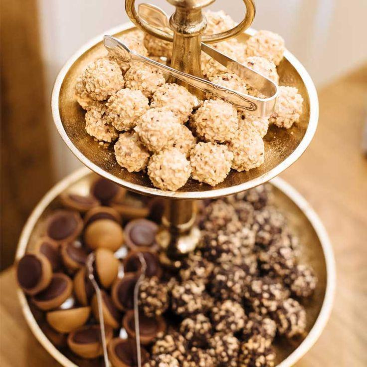 Etagere Mit Schokolade In Gold Und Braun Schokoriegel