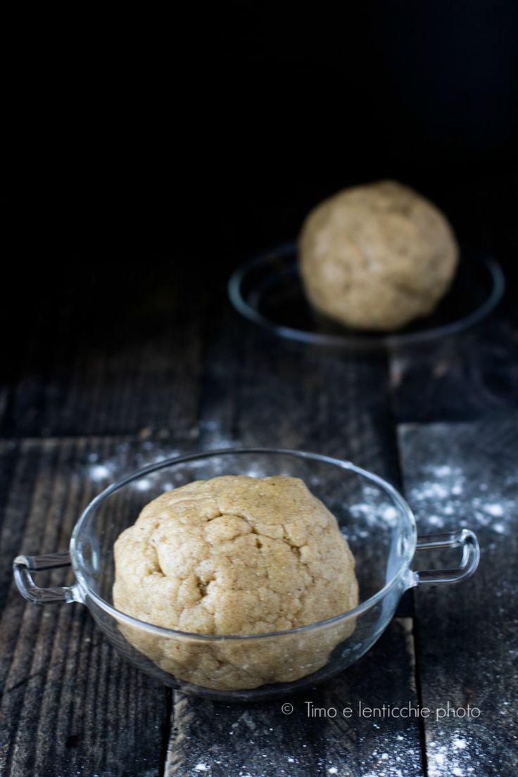 La Pasta frolla senza burro e senza uova friabile è versatile e leggera, utile sia per crostate da riempire che per i biscotti.