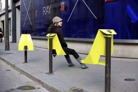 Urban seat  Urban Seat es una nueva oportunidad para recuperar el espacio urbano para los peatones. Diseñado por Damien Gires, urban seat se integra en una pilona creando una silla y una mesa para poder relajarse y disfrutar del barrio.