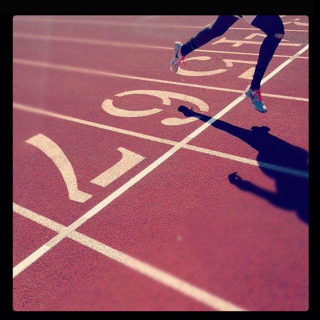 Découvrez comment courir 10 km en 60 minutes...3 séances hebdomadaires pendant 2 mois. Une heure est une barrière importante lors d'une course de 10 kilomètres. corps parfait