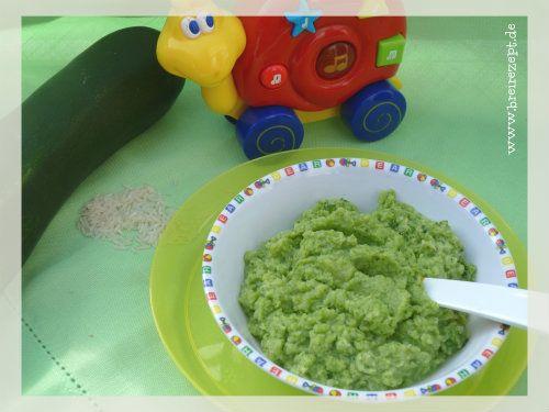 Unser Zucchini-Risotto ist ein gesunder Mittagsbrei für Babys, der bereits ab Beikostreife gefüttert werden kann. Während ihr den Brei noch zu Beginn p