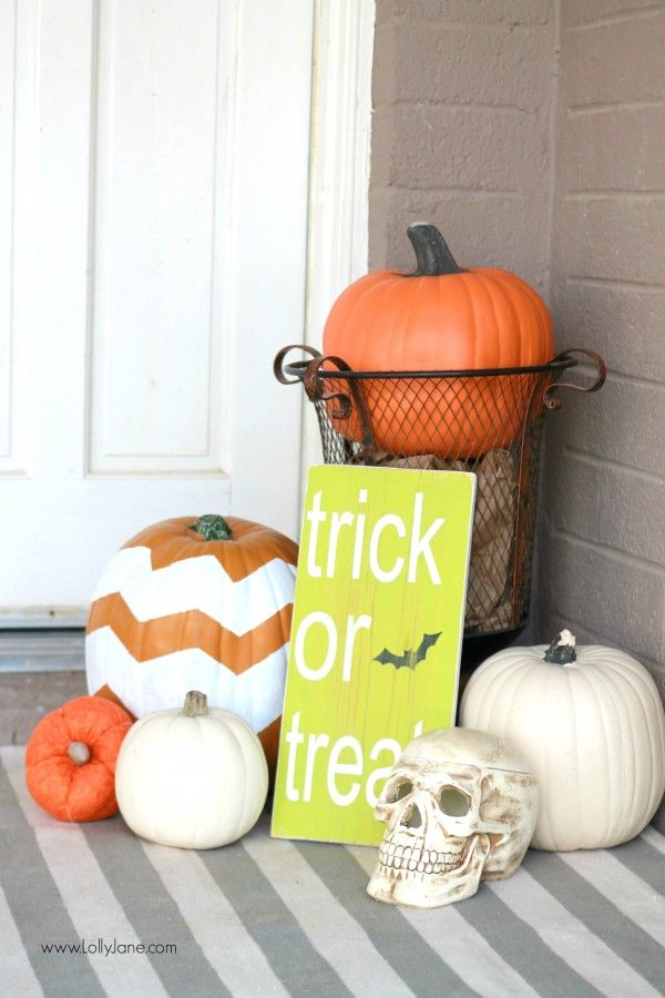 Easy Halloween porch decor with the help of Command Brand, damage free DIY!
