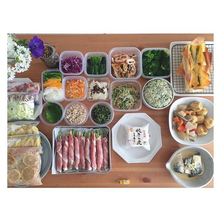 今夜の夕飯と来週の心の支え 旦那リクエストの 肉巻きと餃子たくさん . . 献立がイマイチまとまらない時 リクエスト とーっても助かる . . 以下記録   のものは追記 - - - - - - - - - - - - - - - - - - - - - - - - 左上から 出汁取り昆布の佃煮夫お弁当用 紫キャベツ 千切り ほうれん草 茹で イカと青じそのマリネ大人用 ブロッコリー 塩茹で キッシュ : カット野菜と下味つけた豚肉チャプチェ用 カット野菜チャプチェ用 青じそ 洗い アジとサバと豆腐のそぼろ モロヘイヤ 茹で 人参の塩きんぴら 大根の赤じそ浅漬け大人用 豆苗ともやしのナムル 餃子のタネ 餃子の皮 お徳用 根菜と京がんもの煮物 : 鶏手羽タンドリーチキン 鶏胸肉塩麹レモン漬け アスパラとズッキーニの肉巻き 鯖の味噌煮  - - - - - - - - - - - - - - - - - - - - - - - - : キッシュ 春巻きの皮の残りを台に ミートソース残りを底に敷き詰めたリメイクもの アパレイユ たまご牛乳新玉ねぎとしめじのソテー…