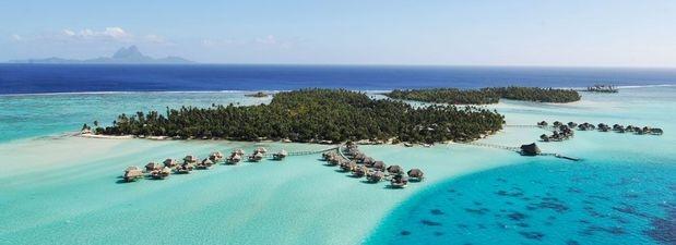 Le Taha'a: apenas dez minutos de Bora Bora, de helicóptero, esta estância foi projetada em estilo polinésio. Localizado em uma ilhota no mar cheio de plantações de baunilha, os hóspedes ficam em bangalôs sobre a água ou casas de praia construídas com bambu local Foto: Divulgação