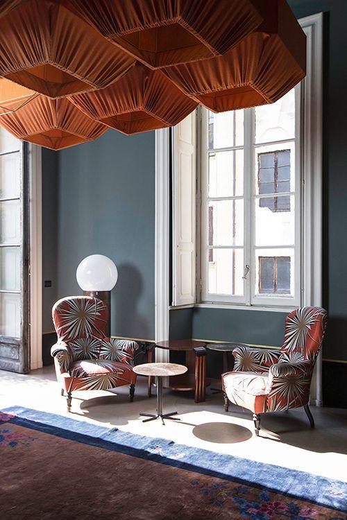 Nel cuore di Milano, in via Solferino, c'è un posto dove l'eleganza e la creatività sono di casa. Dimore Gallery è il luogo in cui i due designers Emiliano Salci e Britt Moran, hanno scelto di prop...