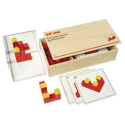 --- ruimtelijk bouwen --- Kinderen bouwen de bouwwerken van de voorbeeldkaarten na. Extra moeilijk wordt het als de bouwwerken in spiegelbeeld gemaakt worden.  Inhoud:   24 kunststof kaarten waarvan 20 voorbeeldkaarten (opklimmend in moeilijkheidsgraad) en 4 blanco kaarten, 40 bouwblokken, 1 kunststof spiegel.  Formaat kist: 35 x 19 x 8 cm (l x b x h). 522 234