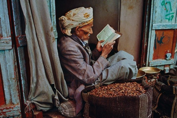 Old man reading a book in Yemen (c) Steve McCurry