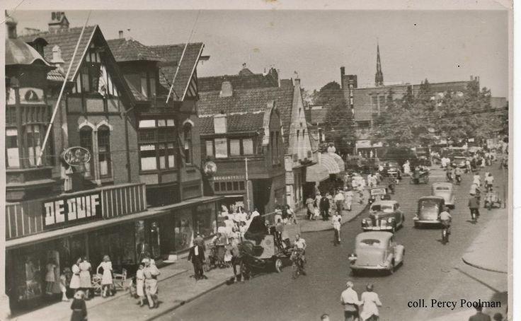"""De Groest Hilversum met warenhuis """"de Duif"""" op plek waar nu Xenos zit."""