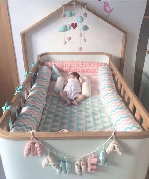 Estou encantada com essa imagem da pequena Manuela dormindo no seu berço e com esse lindo enxoval personalizado da @pakatutti .😍<br />Amei a combinação de cores e estampas, ficou tão delicado e charmoso!<br /><br />Foto:@daninovaes86<br />Enxoval da Manu por @pakatutti #inspiração #muitoamor #dicas #detalhes