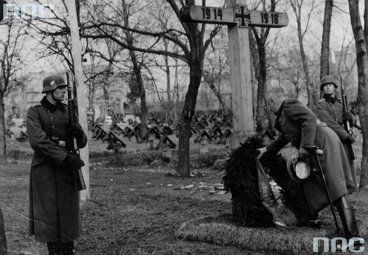 Generał Wilhelm von Altrock na niemieckim cmentarzu w Lublinie składa wieniec na grobie żołnierzy poległych podczas I wojny  Prawdopodobnie jest to teren cmentarza przy ul. Białej.