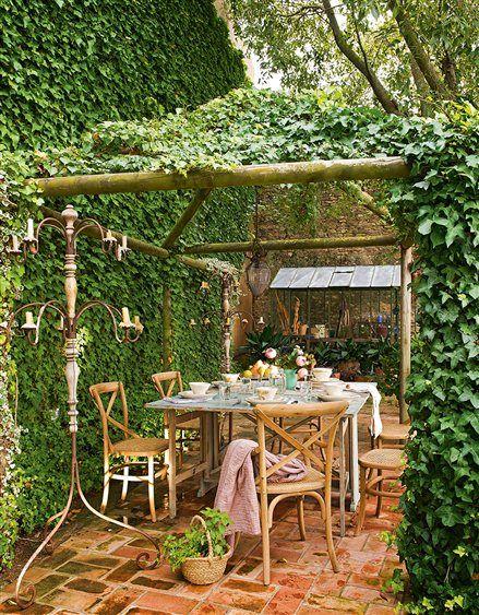 Cenador cubierto de plantas enredaderas en el jardín