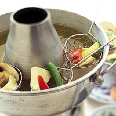 Bouillonfondue aziatisch is een lekker recept en bevat de volgende ingrediënten: Bouillon:, 1 ½ liter water, 3 Groentenbouillonblokjes, 1 Ui, Knoflook, Om mee te Fonduen:, Verschillende soorten vlees zoals: kip, biefstuk, gehaktballetjes etc…., Reken op 200-250 gr vlees per persoon., Verschillende soorten groenten: peultjes,broccoli, paprika, champignons, cherrytomaatjes etc…