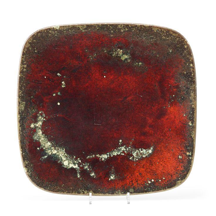HANS HEDBERG: Fat av fajans, Biot, Frankrike 1970-tal. Fyrsidigt med spräcklig glasyr i rött och grönt, signerad HHg, ca 47,5 x 48,5 cm.
