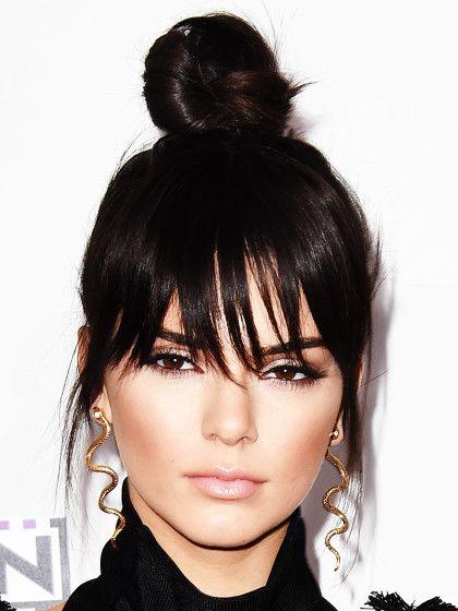 Top Knot von Kendall Jenner: Allen NICHT-Ponyträgerinnen sei vorab gesagt: keine Panik. Der Look funktioniert auch ohne Pony! Wie es funktioniert, könnt ihr hier nachlesen.