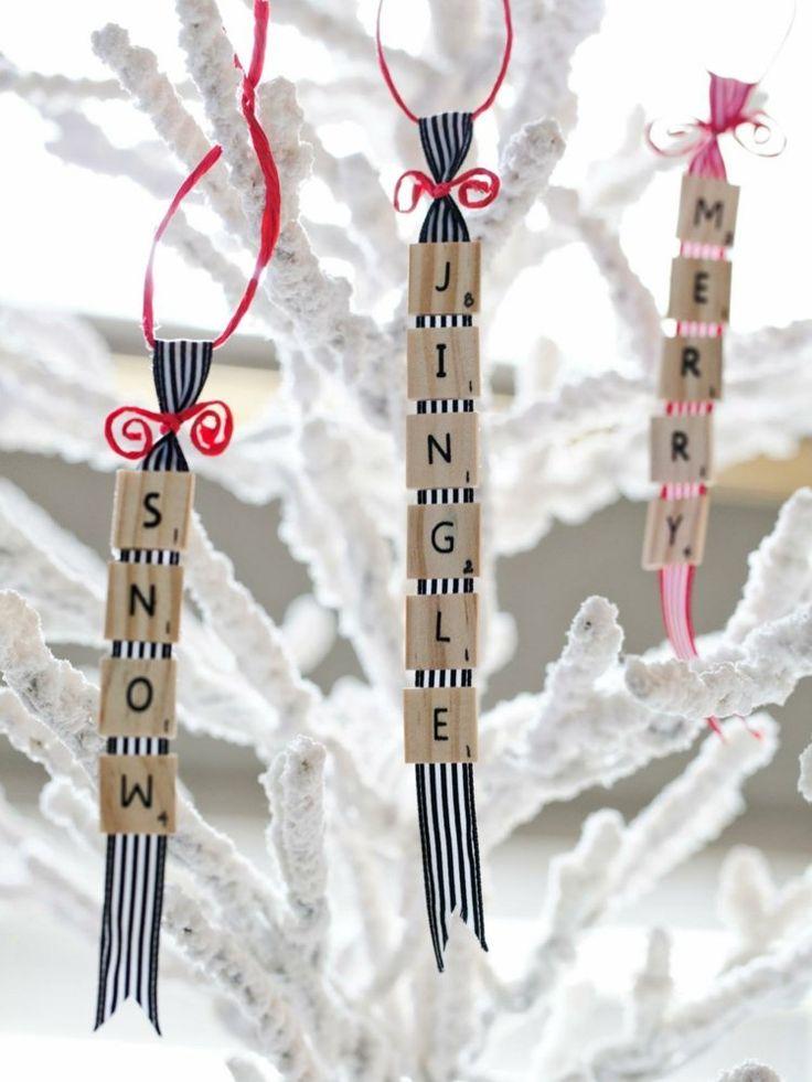 des ornements à suspendre originaux à partir de tuiles Scrabble et fils de laine
