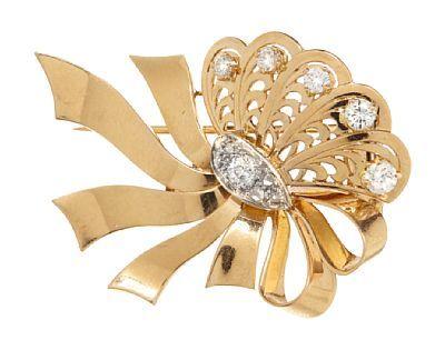 BROSJE  Gult og hvitt gull. 18 K. Fattet med fem graderte brillianter på tilsammen 0,73 ct.  En old-cut brillianter 0,35 ct. Omkranset av seks roseslipte diamanter.  Totalvekt. 19 g. Antatt kvalitet: Wesselton VVS, Wesselton VS  HØYDE 4 BREDDE 5,5