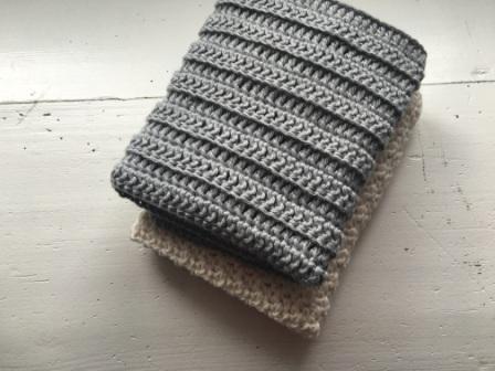 Jeg har fundet mit favorit mønster tilmine karklude. Det er så enkelt som stangmasker hæklet i rib ( Bagerste maskeled). Ikke noget fancy mønster og teknik, men den er sååå lækker <3 Det er hurtigt hæklet, og giver en dejlig vamset og elastisk klud 🙂  Du finder en forklaring i de forskellige maskeled her Den er hæklet i enkelt bomuldsgarn 8/4 på nå nr. 2,5 Der er brugt ca. 50 g. pr klud Mål 28×28 cm Slå 67 luftmasker op Hækl 1 stangmaske i 3. lm fra nålen. Hækl derefter stangmasker...