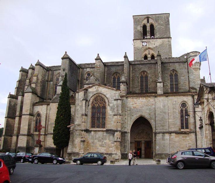 La cathédrale Saint-Fulcran de Lodève a été reconstruite au 13° dans le style gothique méridional. On y retrouve une certaine austérité et un plan assez simple dépourvu de transept ou de déambulatoire dans le choeur. Et comme on est en Languedoc, les défenses ne sont pas négligées et on peut encore voir les bases d'échauguettes et des consoles de mâchicoulis. L'évêché de Lodêve sert de retraite au célèbre inquisiteur Bernard Gui (1261-1331)
