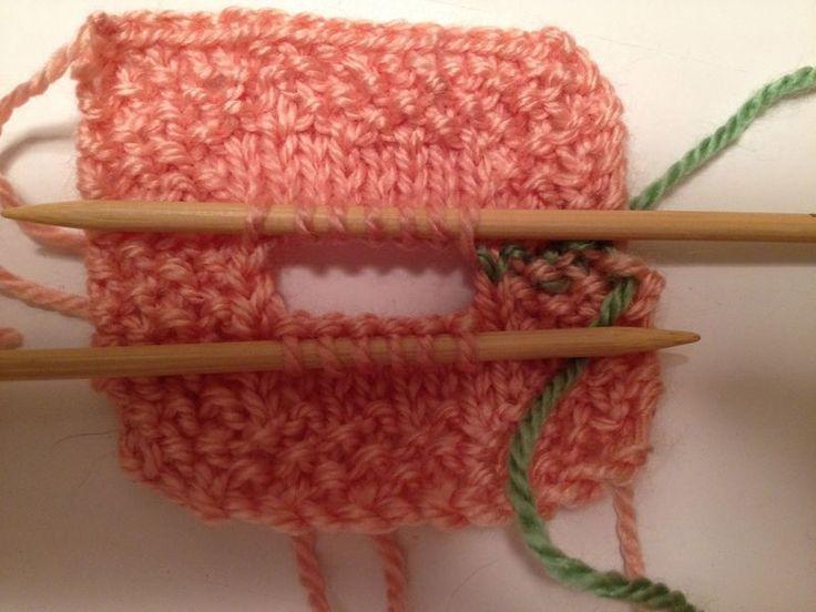 knoopsgaten maken, eerst met een ander kleur breien en dan weer uithalen