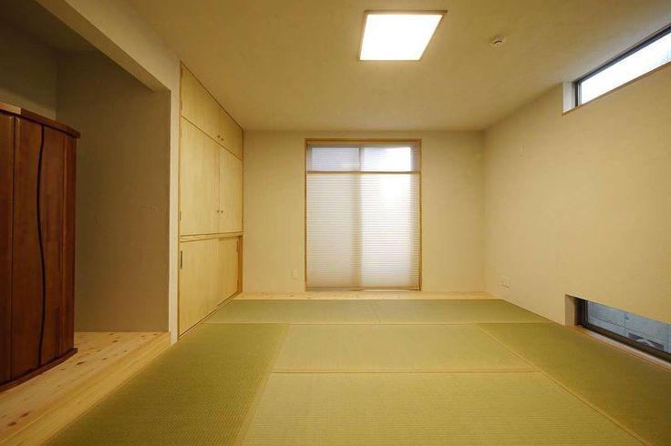 インナーテラスのある家の和室は自然素材を使ったシンプルな内装 . 客間として使う和室は他の洋室と馴染むような内装をご希望でした 壁天井をほかの部屋と同じ自然素材のシラスとし建具はシナのフラッシュ戸にしています 障子は設けず和紙調ではなく布のプリーツスクリーンを使用しています プリーツスクリーンはお隣の家の目線なども考え厚地を下にして明かりはしっかり取り入れられるようにしています