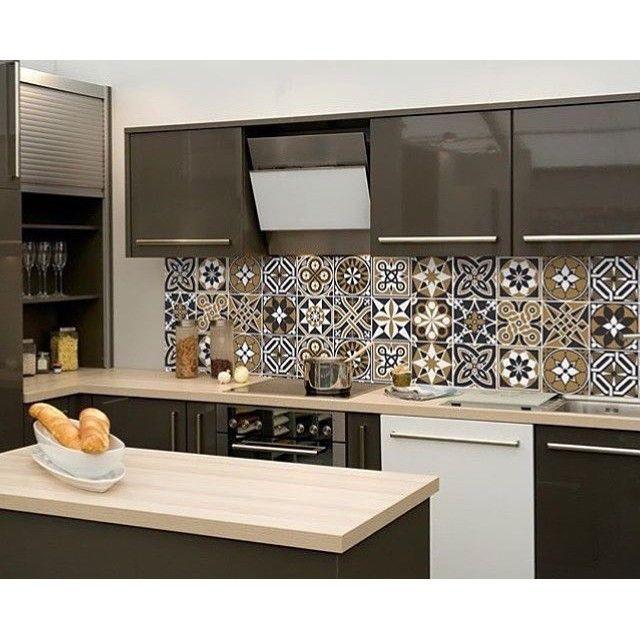 Pensando em decorar a cozinha ou banheiro?Que tal decorar com Adesivos Azulejos?Lindo, fácil de instalar e com efeito real!Temos kits nos tamanhos 15cmx15cm com 54 unidades, 20cmx20cm com 30 unidades e em rolo no tamanho 95cm largura x 3 metros de altu