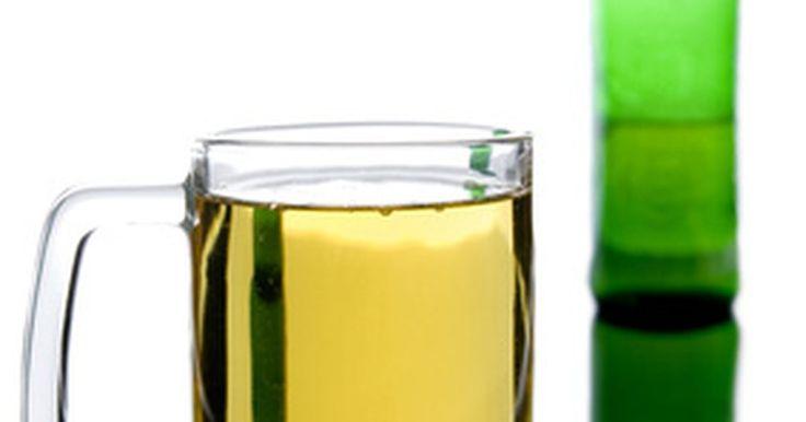 ¿Por qué algunas botellas de cerveza son verdes y otras marrones?. Casi todas la cervezas vienen en una de tres maneras: en barriles, en latas o en botellas. Las botellas de cerveza son de color verde, marrón o transparente. Con la excepción de varias marcas comerciales, la mayoría hoy en día, son cervezas en botellas de color verde o marrón.