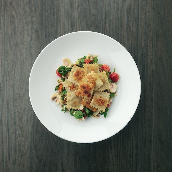 Deze heerlijke gebakken ravioli met een spinazie-champignonsalade komt uit het 'Donderdag veggiedag' kookboek. Lees het recept hier: www.wpg.be/manteau/donderdag-veggiedag-kookboek