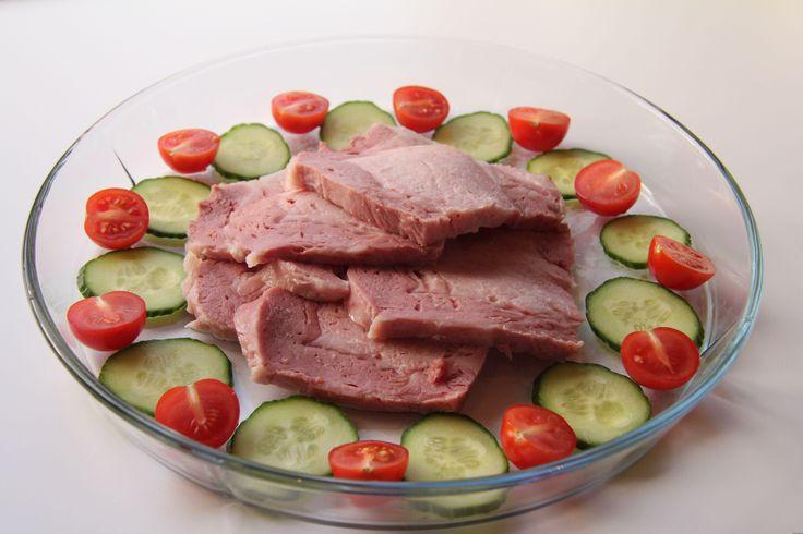 Røkt svinekam er noe av det beste jeg vet. Deilig, mørt og saftig kjøtt som passer perfekt til søndagsmiddagen. Dette er fremgangsmåten dersom det er en rå røkt svinekam. Dersom svinekamen er ferdi…