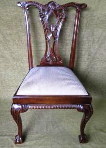 Cadeira Chipandelle com assento em fina forração em tecido shantung listrado de dourado e champagne.   http://espacoantigo1026.com.br/detalhe.php?id=4359