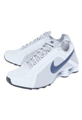 Me pongo estos zapatos cuando ir a correr. Los son blancos y son grandes. No me gusta porque me quedan flojos. Sus marca es Nike.