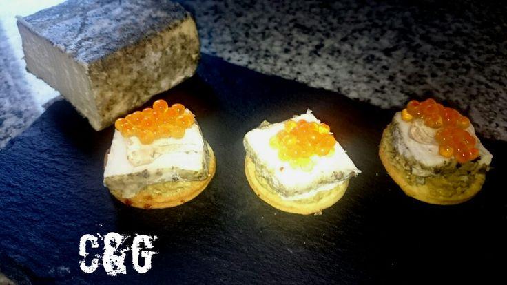 Jugando en casa con el queso fresco de oveja especiado de Granja Cantagrullas que me he traído de la Quesería Marqués de Valladares. En galletas de masa quebrada con un poco de azúcar moreno, paté de centollo, el queso, una gelatina de alvariño que aún y huevas de trucha.