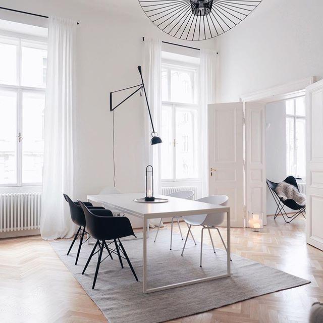 Einfachheit ist der Schlüssel. Denken Sie darüber nach, die weißen Stühle in schwarze Stühle oder etwas Holzes zu verwandeln? Was denkst du wäre besser … Holz oder alles schwarz? 💭 [advertisement] . . . #scandinavianhome #minimalhome #nordicliving #cornersofmyhome #stiving #vogueliving #altbau #diningroomtable # flos265 #solebich #howwelive #interiorgoals #diewocheaufinstagram #esszimmer
