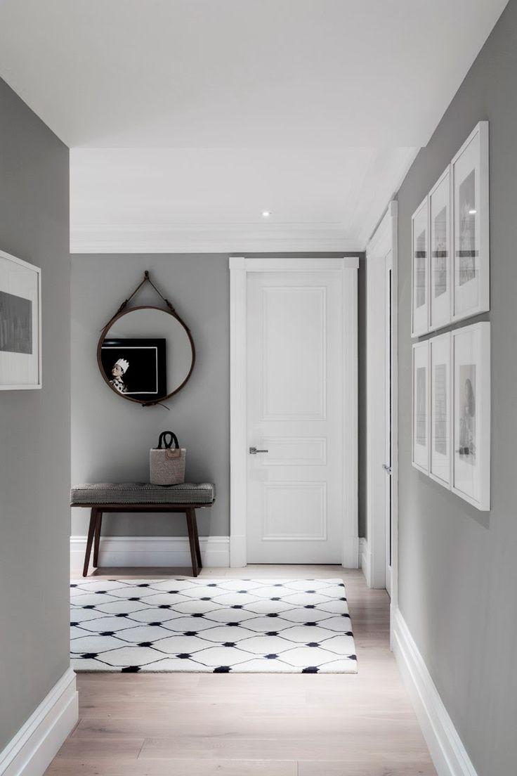 Cuadros blancos sobre pared gris y puertas blancas