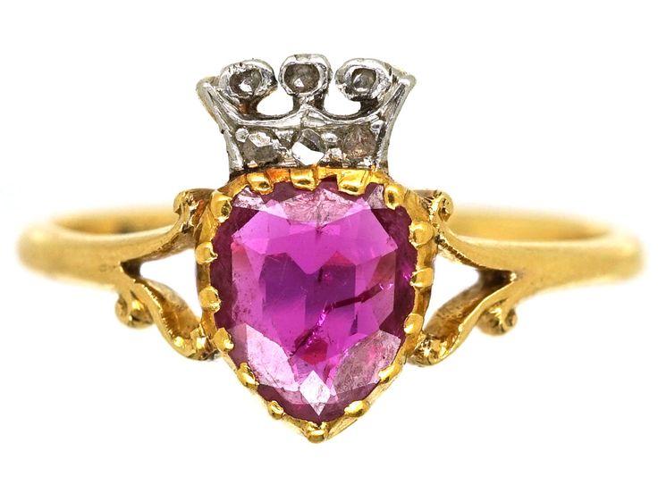 Un encantador anillo en forma de corazón oro de 18 quilates engastado con una buena rubí y una pequeña corona engastada con diamantes de rosa. El periodo eduardiano fue un momento tan bonito para la joyería, ya que fue diseñado para ser ligero y delicado para ir con los vestidos de encaje y seda.