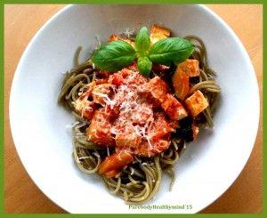 Vegetarische spaghetti met courgette, paprika en gemarineerde tofu