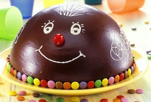 Comment faire un gâteau d'anniversaire pour un enfant ? Ce gâteau d'anniversaire rigolo et original va sûrement faire plaisir aux enfants. Idéal pour un goûter d'anniversaire, découvrez cette recette de gâteau décoré pour une fête réussie !