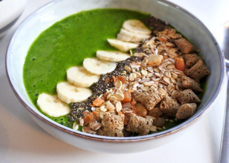 En grön smoothiebowl gjord på banan, spenat och en skvätt rismjölk.