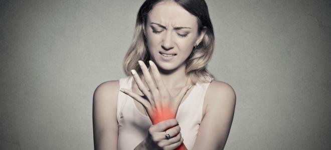 ARTHROSE : 7 CAUSES AUXQUELLES ON NE PENSE PAS  Les causes qui entraînent l'arthrose ne sont pas toutes très claires. Pourtant, plusieurs facteurs auxquels on ne pense pas toujours en augmentent le risque. Découverte avec le Dr Jean-Loup Dervaux, médecin et auteur de nombreux ouvrages sur la santé dont Rhumatismes et douleurs articulaires aux éditions Ell