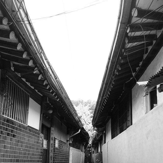 .@제로쿨 | 골목 좋아.. #alley #back_street #old #bnw #monochrome #house #igaddict #igdai... | Webstagram