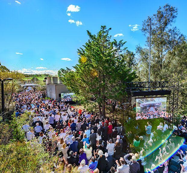 04.09 L'OUVERTURE DU SIÈGE SPIRITUEL DE LA SCIENTOLOGIE  POUR L'ASIE-PACIFIQUE : LA CERISE SUR LE GÂTEAU  APRÈS UNE CROISSANCE RECORD Le tout nouveau siège spirituel pour l'Asie-Pacifique est inauguré lors d'une cérémonie grandiose. Le centre est situé au milieu de 360 hectares de forêt nationale à Sydney, en Australie.